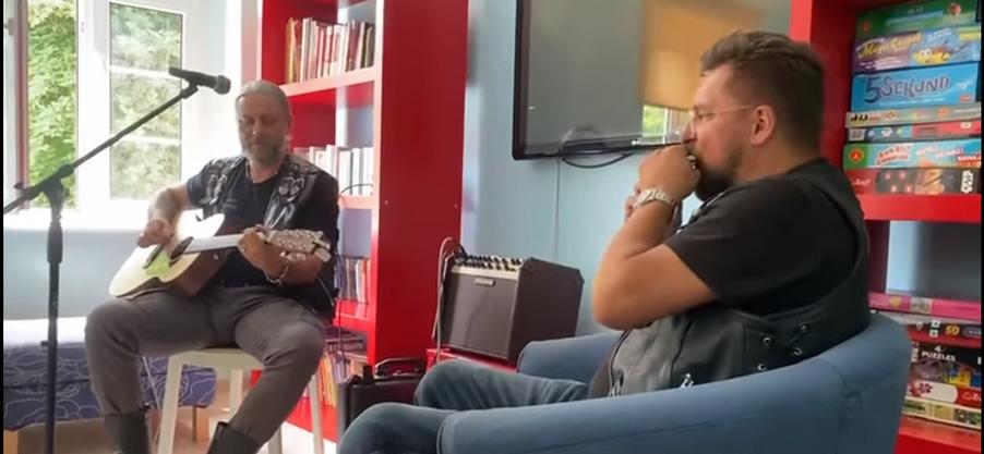 Marcin Krupa gra wspólnie z Sebastianem Riedlem. Koncert dla dzieciaków z Domu Dziecka